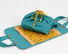 Porta Marmita Sewing Crafts, Sewing Projects, Sew Together Bag, Casserole Carrier, Fabric Bags, Mug Rugs, Pouch Bag, Diy Projects To Try, Make And Sell