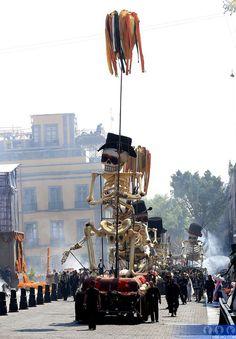Day of the Dead is a highly popular celebration in Mexico.  El Día de los Muertos es una celebración bastante popular en México.