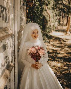 Bridal Hijab, Disney Wedding Dresses, Hijab Bride, Muslim Brides, Wedding Hijab, Pakistani Wedding Dresses, Modest Wedding Dresses, Wedding Poses, Bridal Dresses