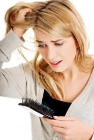 Welche möglichen Ursachen es für Haarausfall gibt und was man dagegen tun kann, http://www.combeauty.com/combeauty-wissen/dermatologie/haarausfall