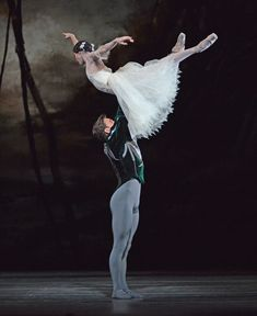 Francesca Hayward and Alexander Campbell in <I>Giselle</I>.<br />© Dave Morgan, courtesy the Royal Opera House. (Click image for larger version)
