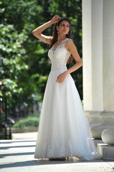 bebc3d5ef761bb Dieses Kleid Features Spitze appliziert Mieder mit herzförmiger Ausschnitt  und schönen zurück. Der Rock besteht