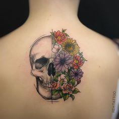 Tatuagem criada por Renata Henriques de São Paulo.  Caveira com flores coloridas.  #tattoo #tattoo2me #tatuagem #art #arte #design #colorida