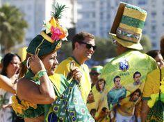 Pessoas fantasiadas para a abertura da Copa do Mundo, no Rio de Janeiro