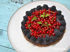 És igen! Lehet istenien és csábítóan finom, az egészséges étel is.  Nyers, mert nem kell se sütni se főzni, nem kell bele cukor, tojás és tej sem, mégis megszólalásig … Raw Cake, Vegan Cake, Sweet Desserts, Acai Bowl, Raspberry, Healthy Recipes, Healthy Meals, Sweets, Snacks