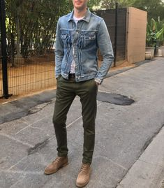 Fall combo inspiration with a denim jacket white blue striped shirt olive trousers tan suede boots sunglasses. Green Jeans Outfit, Green Pants, Casual Jeans, Casual Outfits, Men Casual, Smart Casual, Blue And White Striped Shirt, Denim Jacket Men, Men Boots