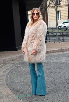 Poppy Delevingne street style…beige fur coat, flared jeans and large sunglasses, arriving for the Miu Miu A/W show during Paris Fashion Week, March Casual celebrity fashion Fur Fashion, Winter Fashion, Womens Fashion, Fashion Trends, Paris Fashion, Simple Outfits, Trendy Outfits, Vogue, Pattern Fashion