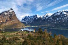 Segestad – geräumter Hof auf einem Bergabsatz 300 Meter über dem Gewässer Strynsvatnet. Schöne Wanderung von Hjelle (an der Landschaftsroute...