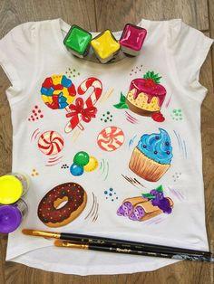 Купить или заказать Детская футболка 'Сладкоежка' в интернет-магазине на Ярмарке Мастеров. Футболка для настоящих сладкоежек. Можно подобрать сладости, которые любите именно Вы. Взрослая футболка - 1800 руб Цвет и фасон футболки обговаривается отдельно.… Fabric Drawing, Painted Clothes, Kids Fashion, Womens Fashion, Applique, Embroidery, Drawings, Sweet, Pretty