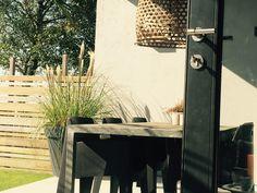 Inpandige veranda met #betonvloer #stucwerk #hanenmandlamp #lampenpoetsersgras #one pietboon