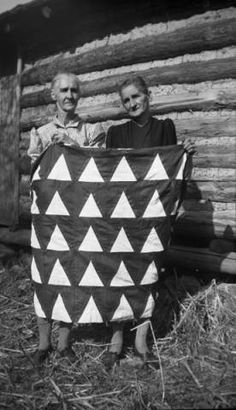 Priscilla Preston Burgess and Nevada Sue Preston holding Victory Quilt. :: Jean Thomas, The Traipsin' Woman, Collection Old Quilts, Antique Quilts, Vintage Quilts, Vintage Sewing, Appalachian People, History Of Quilting, Vintage Pictures, Vintage Photographs, Quilt Making