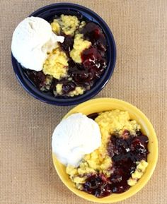 This Easy Crock Pot Lemon Blueberry Dump Cake Recipe is crazy delicious! Crockpot Dessert Recipes, Crock Pot Desserts, Slow Cooker Desserts, Dump Cake Recipes, Homemade Desserts, Easy Desserts, Gourmet Recipes, Cooking Recipes, Frosting Recipes