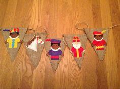 Vlaggetjesslinger voor de Sint, juten vlaggetjes met vilten sinterklaasfiguurtjes