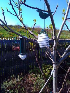 De la ouatine pour aider nos oiseaux à préparer leur nid avant l'arrivée de leurs petits Bird Feeders, Outdoor Decor, Home Decor, Nest, Homemade, Decoration Home, Room Decor, Interior Design, Home Interiors