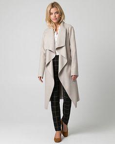 Manteau enveloppe d'aspect cachemire - Cet élégant manteau d'aspect cachemire est rehaussé d'un col ouvert et d'une ceinture, pour un look seyant.