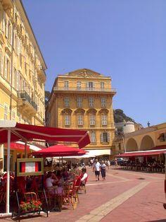 NICE .The Old Nice, French Riviera Op ieder tijdstip van de dag zijn de terrassen en cafes rond Place Charles-Felix populair. Hier is ook de bloemen en groentenmarkt.