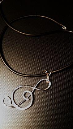 girocollo in gomma con  pendente a forma di chiave di violino realizzato in alluinium wire color silver  misure pendente H.60 mm - L.35 mm 2016-ott