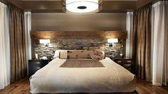 Dans la chambre, l'élégance à l'italienne bat son plein. Les teintes ambre et chocolat des tissus s'inspirent de celles de la pierre.