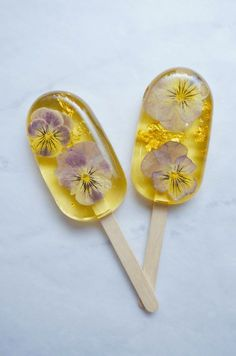 Flower Candy Recipes from Botanic Bakery in Brooklyn and Dutch model Kristel van Valkenhoefat Grow flowers and eat them, too. Dutch model Kristel van Valkenhoef makes fanciful candy with botanical ingredients. Check out her Botanic Bakery. Brooklyn Bakery, Candy Flowers, Cake With Edible Flowers, Flower Food, Homemade Candies, Homemade Lollipops, Aesthetic Food, Hard Candy, Cakepops