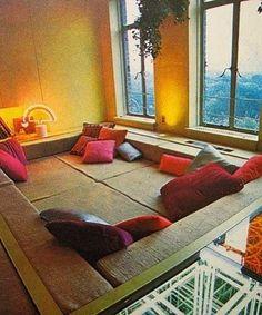 Zitkuil: Conversation pit vol met kussens en dekens om gezellig te praten. Dit is heerlijk om in te lezen of zelfs een dutje te doen.