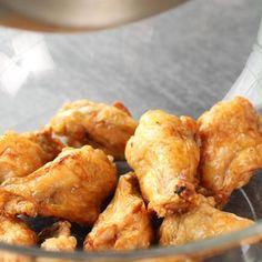 Crispy Chicken Wings, Air Fryer Chicken Wings, Chicken Appetizers, Chicken Wing Recipes, Air Fryer Recipes, Tasty Dishes, Food Hacks, Food Videos, Easy Meals