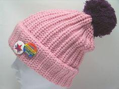 ニット 帽子(カラフルキュートな缶バッジ×2がポイントのポンポン付ニットキャップ ピンク×パープル)