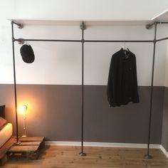 Offener Kleiderschrank aus Stahlrohren für das Schlafzimmer // Perfekt in der Kombination mit Dielenboden einer Altbauwohnung. // Steelpipe Design // Open wardrobe