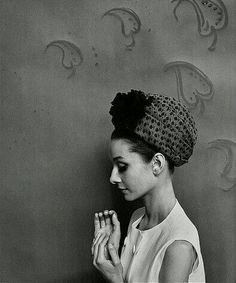 Audrey Hepburn photographed by Cecil Beaton (in New York, April, for a fashion editorial for American Vogue, the June 1964 issue. Audrey Hepburn Mode, Audrey Hepburn Photos, Christian Bale, Claudia Schiffer, Shakira, Golden Age Of Hollywood, Old Hollywood, Hollywood Stars, Actrices Blondes