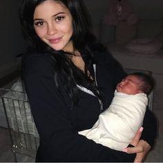Kylie Jenner met Travis Scott at Coachella & gave birth 41 weeks later Kylie Jenner Pregnant, Kylie Baby, Mode Kylie Jenner, Kylie Jenner Fotos, Trajes Kylie Jenner, Kendall Y Kylie Jenner, Looks Kylie Jenner, Estilo Kylie Jenner, Estilo Kardashian