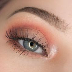 Love this peachy eye make up look