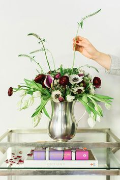 There's nothing more symbolic of fresh starts than fresh flowers. Get inspired this spring with these cool-toned flowers to adorn your dining table for an elegant dinner party.