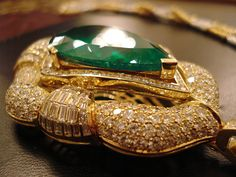 Emerald on diamonds