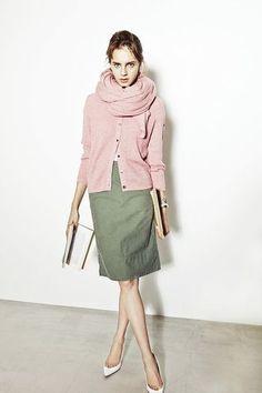 カーディガンとお揃いのピンクストールが可愛らしいコーデ。タイトスカートやパンプスと合わせて通勤しましょ♪春らしい配色で気分も上がりそう。