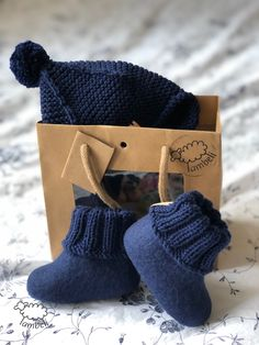 Perfect outfit for little boys. Baby Boy Shoes, Baby Booties, Girls Shoes, Felt Shoes, Baby Sewing Projects, Felted Slippers, Felting, Little Boys, Boy Outfits
