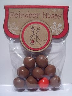 Narices de Reno: 8 bolas de chocolate y 1 M Rojo o una bola the chicle rojo ---- Reindeer Noses: 8 Brown (Whoppers) and 1 Red (Bubble gum). Such a cute idea! Noel Christmas, Christmas Goodies, All Things Christmas, Winter Christmas, Christmas Cards, Christmas Decorations, Christmas Favors, Christmas Vacation, Homemade Christmas