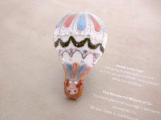 『 少年少女世界の文学13 』シリーズ( オズの魔法使い )から、さかさまのドロシィバルーンの七宝ブローチです。気球に乗って行ってしまうのは、オズだけなのです...|ハンドメイド、手作り、手仕事品の通販・販売・購入ならCreema。
