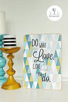 Holzblock/ Holzschild  Do what you love, love what you do ,  geometrischer Hintergrund aus Dreiecken in Vintage Farben (curry gelb, türkis Töne, ...