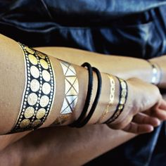 When Beyonce single handedly flaunted flash tattoos on several occasions, it was pretty evident that this metallic temporary tattoo is surely going to be Gold Tattoo Ink, Metal Tattoo, Flash Tattoos, Art Tattoos, Henna Tattoos, Tatoos, Temp Tattoo, Temporary Tattoo, Blue Ivy