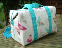 Sew Bag Sew Sweetness Emblem Duffle Bag, sewn by Margareth of Maggie Made Bags - Emblem Duffle Bag sewing pattern, a medium-sized overnight bag that comes together quickly with just front and back main fabrics! Camo Purse, Diy Purse, Tote Purse, Duffle Bag Patterns, Bag Patterns To Sew, Sewing Patterns, Bags Travel, Duffle Bag Travel, Duffle Bags