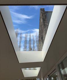 Veel licht onder de overkapping zorgt ook voor extra licht in de achterliggende ruimte Flat Roof Skylights, House With Porch, Airplane View, Terrace, Living Room, Interior Design, Kitchen, Houses, Home