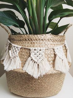 ► D E S C R I P T I O N This mini macramé bunting is handcrafted with natural unbleached cotton. Perfect decor accessory for jazzing up baskets or to hang over the mantel/fireplace or your bed. ► D I M E N S I O N S This macramé bunting Deco Boheme, Macrame Projects, Bunting Banner, Macrame Patterns, Boho Diy, Macrame Knots, Decorative Accessories, Weaving, Tapestry