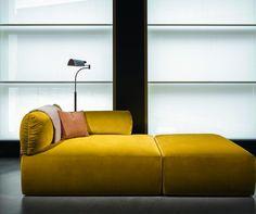 """Das Erfolgsrezept der neuen Home-Linie von Bottega Veneta? Luxuriöse Materialien – wie bei der """"Tassello Chaise Lounge"""" aus gelbem Mohair-Samt. Nachfolgend weitere Kollektions-Stücke"""