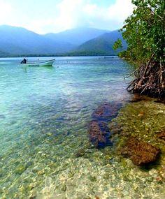 Aguas cristalinas en el paraíso La Ciénaga, costas de Aragua, Venezuela