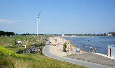 Recreatiegebied Strand van Luna. met 1 van de 3 zeer grote windmolens, Skeef waterski baan en in het midden het helaas ter ziele gegane poppodium de Waerdse tempel