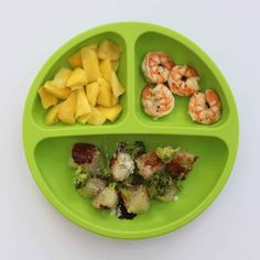 All your questons about feeding a one year old answered with a master list of food ideas for 1 year old toddlers, including a printable sample daily menu. One Year Old Foods, 1 Year Old Meals, Healthy Toddler Meals, Kids Meals, Toddler Food, Old Recipes, Baby Food Recipes, Baby Finger Foods, Baby Eating