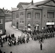 Tyske soldater fejrer Hitlers fødselsdag i Gravene,Viborg, den April 1940 East Of The Sun, Viborg, Odense, Copenhagen Denmark, Public School, World War Ii, Old Photos, Finland, Ww2