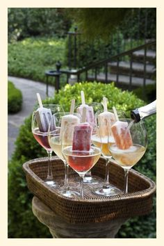 Sparkling wine and Popsicles, fun for the adults! The Enchanted Home: Summer en. - Sparkling wine and Popsicles, fun for the adults! The Enchanted Home: Summer entertaining, party i - Wine Parties, Summer Parties, Summer Drinks, Snacks Für Party, Party Drinks, Fun Drinks, Beverages, Refreshing Cocktails, Italian Night