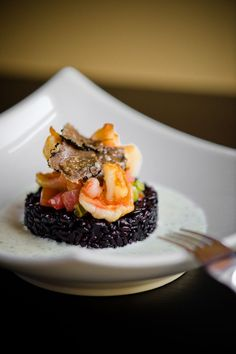 Gambas on black rice Venere with truffle - Ventre Morgane Tapas, Food Design, Gourmet Recipes, Cooking Recipes, Bistro Food, Fall Dessert Recipes, Food Decoration, Fish Dishes, Creative Food