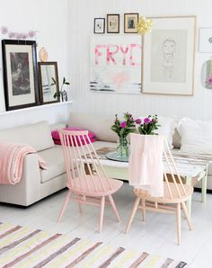 Light #pastel #livingroom #decor.  Would you like to #LiveInIt?  Image courtesy of @nookie.