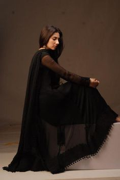 love the detailing at the botton .Mahira Khan all black beauty Pakistani Fashion Casual, Indian Fashion Dresses, Pakistani Dresses Casual, Dress Indian Style, Pakistani Dress Design, Indian Designer Outfits, Indian Outfits, Indian Wear, Pakistani Clothing